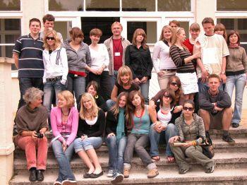 Die gesamte Gruppe vor der ehemaligen Kommandatur des KZ Stutthof