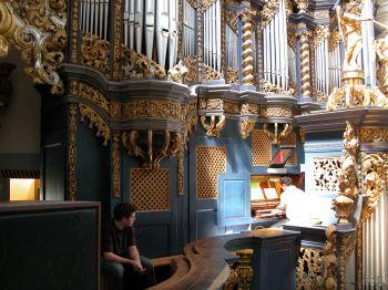 Robert Jürgens wartet auf seinen Einsatz an der Orgel in Swieta Lipka