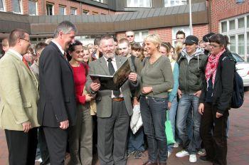 Der Schermbecker Bürgermeister empfängt die polnischen Gäste am Rathaus