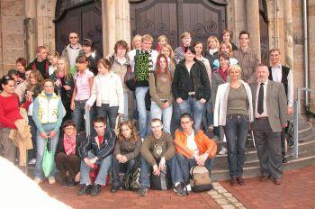 Vor der katholischen Ludgeruskirche in Schermbeck mit Pfarrer Honermann