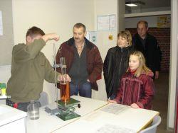 Naturwissenschaftliche Experimente faszinieren die Besucher